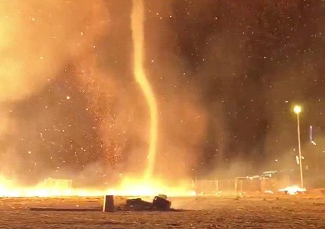 Remolino de fuego en la playa de Scheveningen