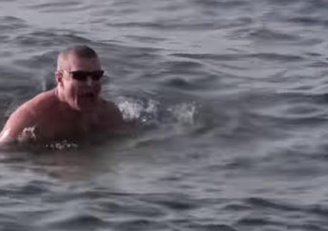 Un hombre nada en el Baikal