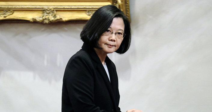 La presidenta de Taiwán, Tsai Ing-wen, se marcha tras una conferencia de prensa en el palacio presidencial de Taipéi