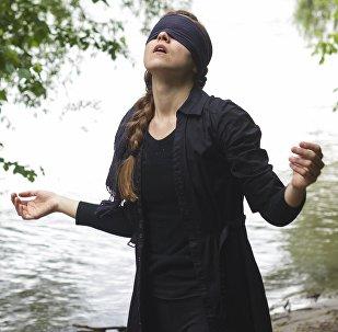 Una joven con los ojos vendados