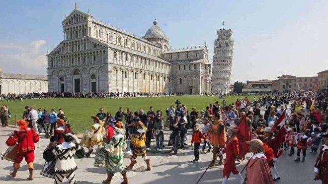 Cada 25 de marzo, las ciudades toscanas de Florencia, Pisa y Siena celebran marchas festivas con trajes tradicionales, música y abanderados, conmemorando el Año Nuevo según la tradición medieval