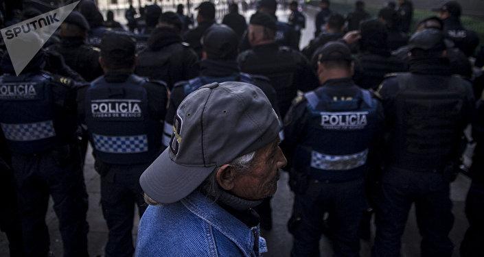 Policía de la Ciudad dan la espalda a los manifestantes frente a la Suprema Corte de Justicia de la Nación
