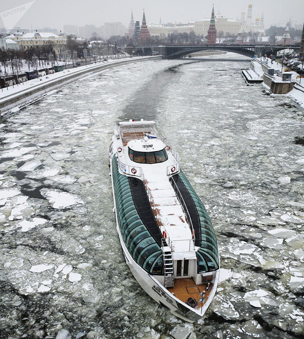 Un barco turístico en el río Moskova en invierno