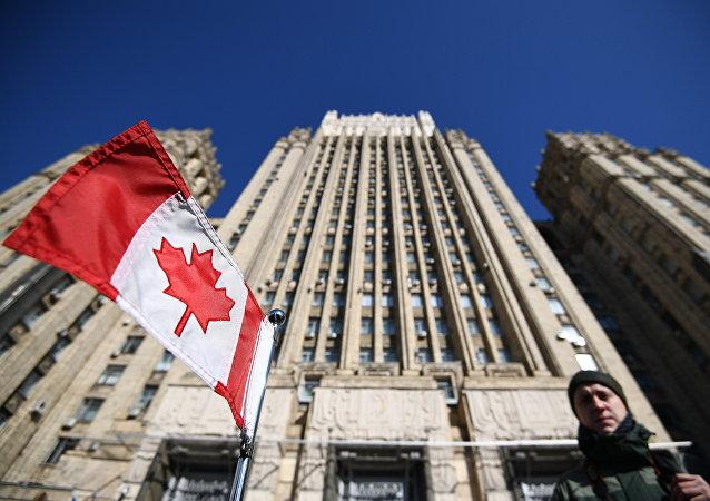 Bandera de Canadá cerca del Ministerio de Asuntos Exteriores de Rusia
