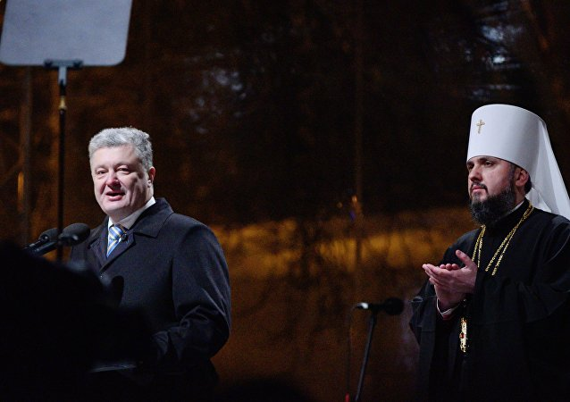 El presidente de Ucrania, Petro Poroshenko, y el jerarca de la nueva Iglesia ucraniana, metropolitano Epifani