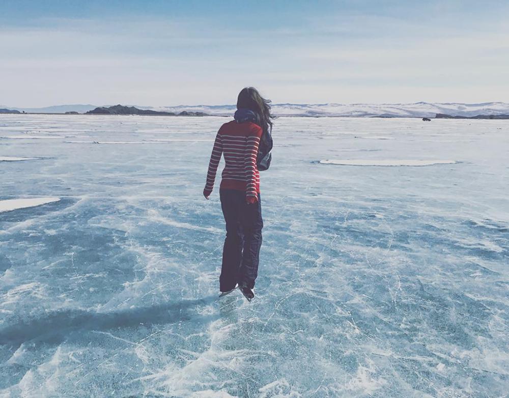Yulia, patinando en el lago Baikal