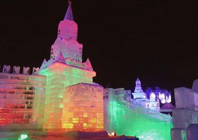 Conoce el impresionante festival invernal de Moscú: toboganes, palacios y hasta la Mona Lisa de hielo