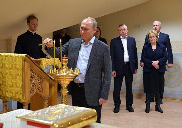 El presidente de Rusia, Vladímir Putin, acudió a una misa ortodoxa en San Petersburgo con un dedo vendado.