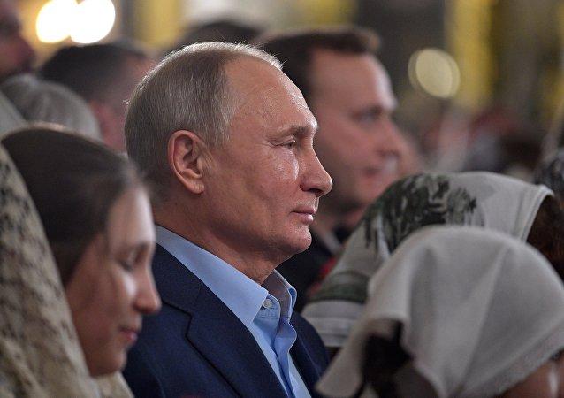 Putin asiste a la Misa del Gallo ortodoxa en una catedral de San Petersburgo