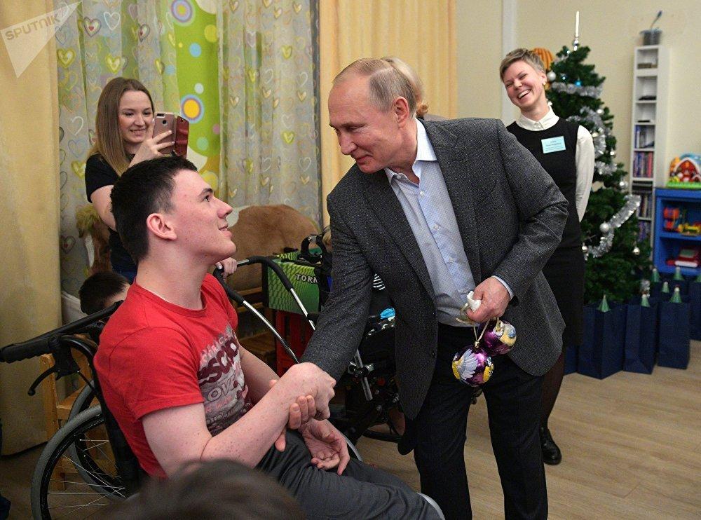 El presidente de Rusia, Vladímir Putin, visita un hospital oncológico en San Petersburgo