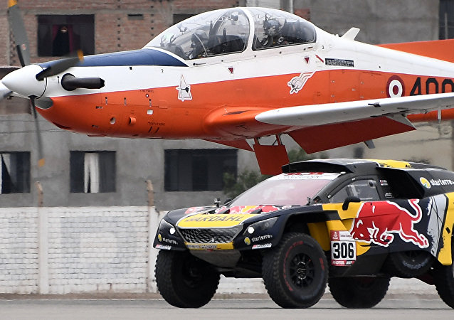 El piloto francés Sebastien Loeb desafió en velocidad a un avión
