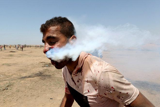 Un palestino de la franja de Gaza es lastimado por una granada de gas durante las protestas de la Gran Marcha del Retorno, el 8 de junio de 2018