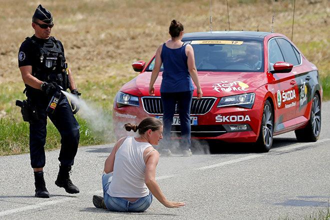 Agricultores del departamento de Aude bloquean el paso al Tour de Francia en señal de protesta contra la política de ganadería de las autoridades, el 24 de julio de 2018