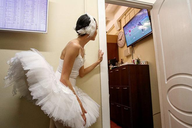 Bailarina del teatro Mijáilovski en San Petersburgo observa uno de los partidos del Mundial de Rusia 2018, el 7 de julio de 2018
