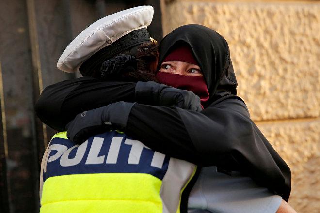 Mujer musulmana llora durante una manifestación en contra de la prohibición del uso del nicab en Dinamarca, el 1 de agosto de 2018