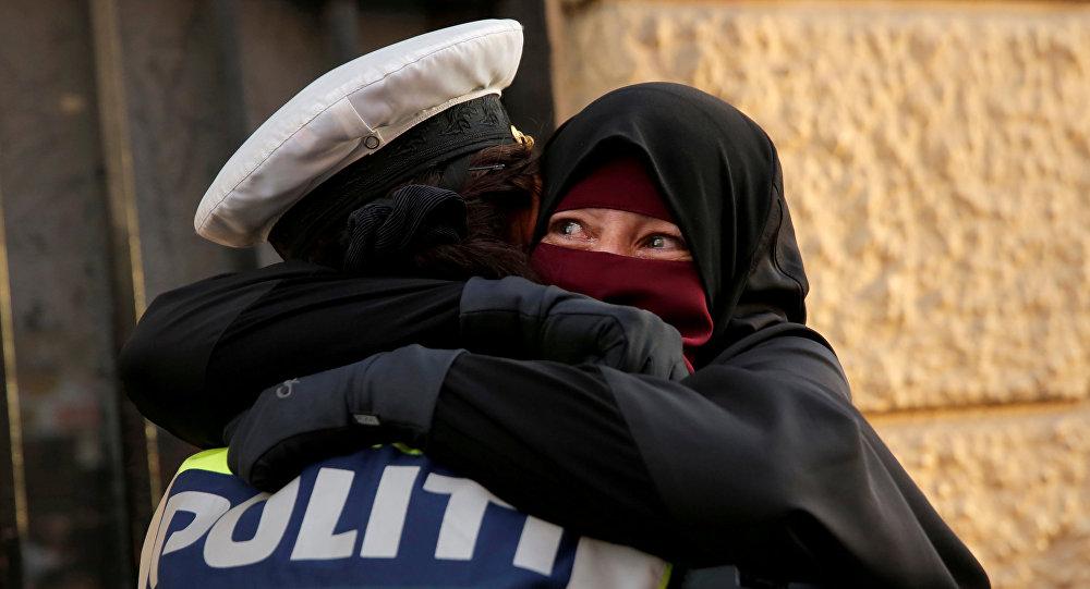 Mujer musulmana llora durante una manifestacion en contra de la prohibición del uso del nicab en Dinamarca, el 1 de agosto de 2018