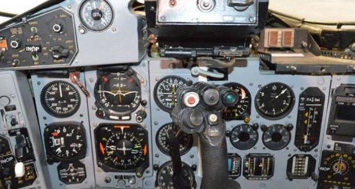 Los mandos de control del MiG-29UB que está a la venta