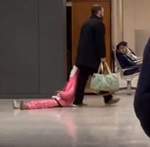 Padre viral que arrastra a su hija por la capucha