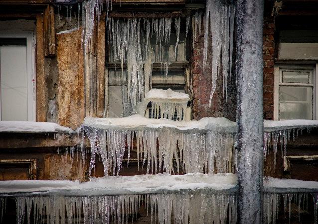 Carámbanos en un edificio en Rusia (archivo)