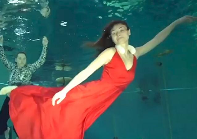 Una pareja rusa bate el récord mundial de duración de baile bajo el agua