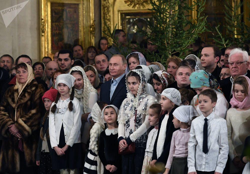 Vladímir Putin asiste a una misa navideña en la Catedral de Transfiguración