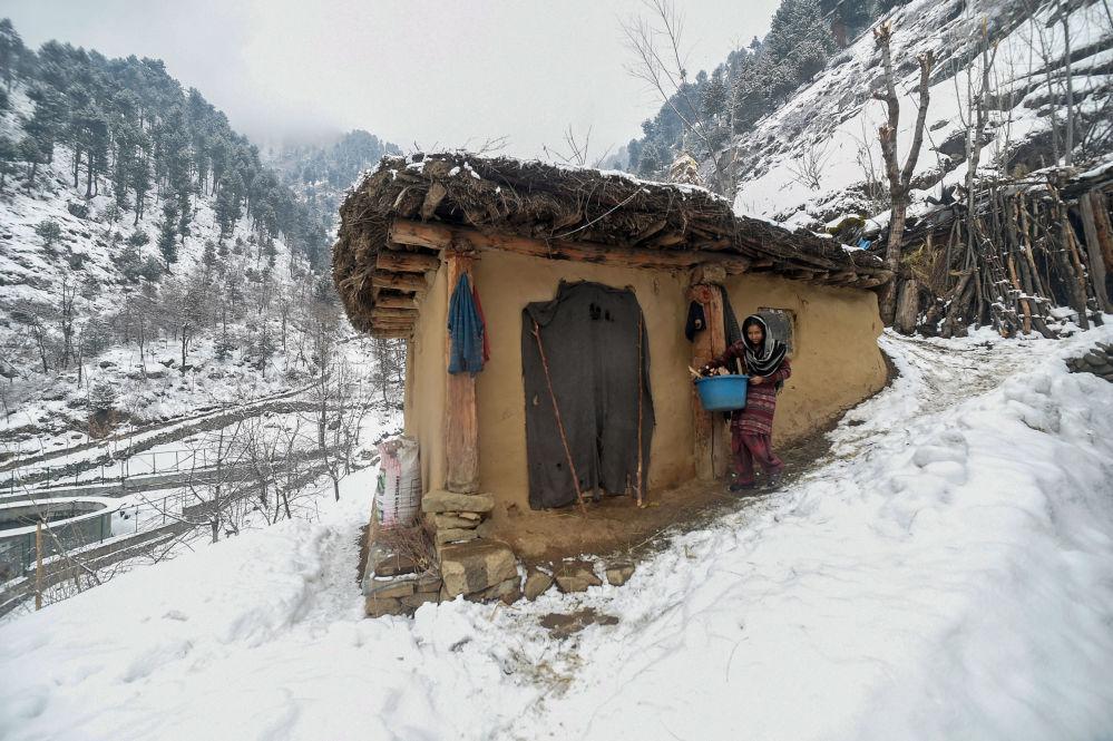 Una mujer, a las afueras de la ciudad de Srinagar