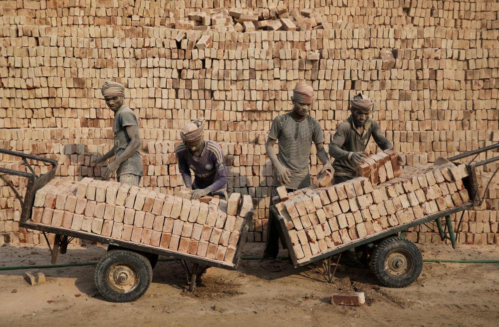 Empleados de una fábrica de ladrillos en Bangladesh