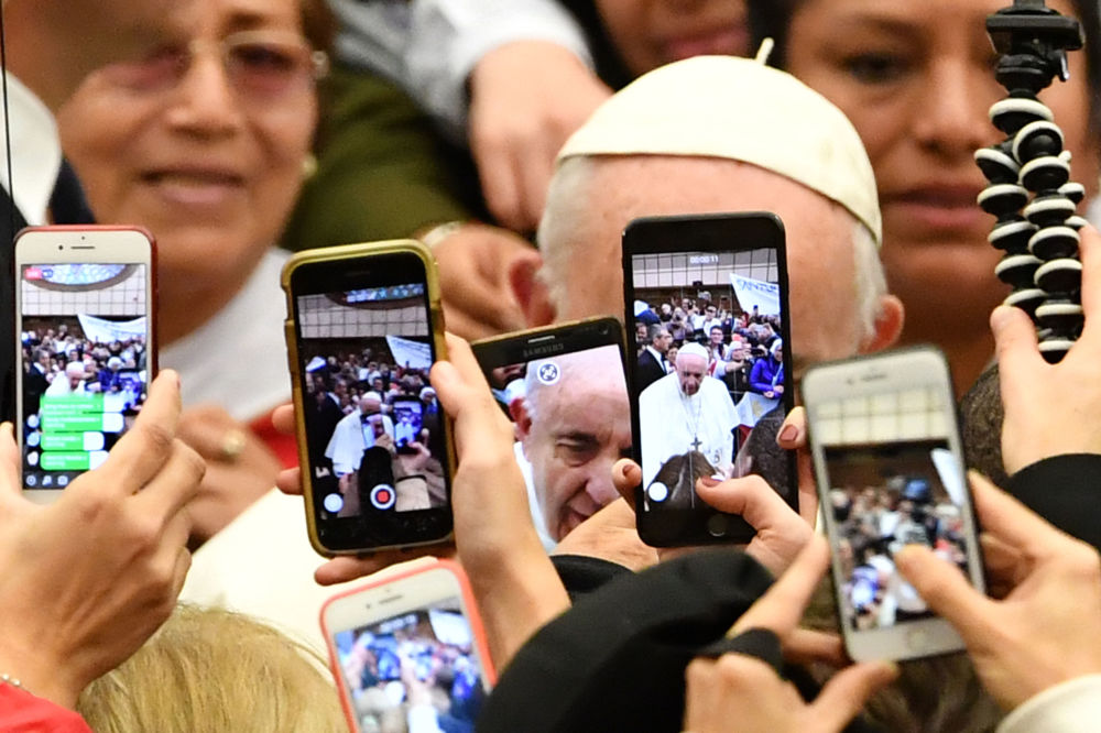 Los fieles toman fotos del papa Francisco