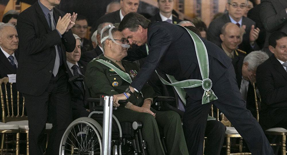 El comandante saliente del Ejército de Brasil, Eduardo Villas Boas, y el presidente de Brasil, Jair Bolsonaro