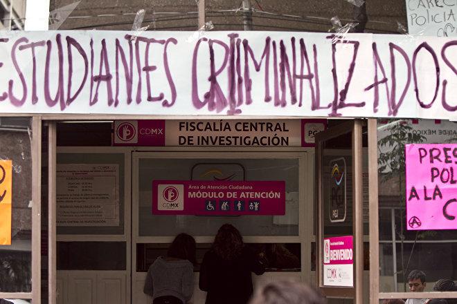 Madres de Omar Zavala y Mario García piden informes en la Fiscalía central mientras una pequeña protesta exige la liberación de los estudiantes detenidos