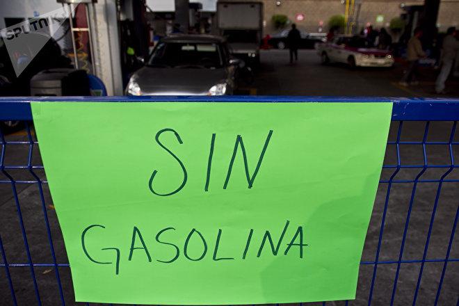 Letrero en una gasolinera de la Ciudad de México durante el retraso de los pedios a Petróleos Mexicanos