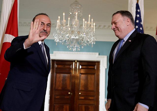 El secretario de Estado de EEUU, Mike Pompeo con su homólogo de Turquía, Mevlut Cavusoglu