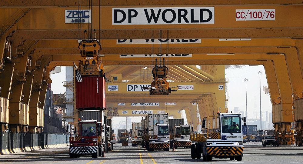 Logos del operador portuario DP World en en puerto de Dubái