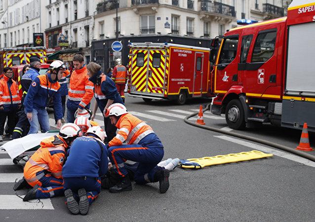 Los bomberos en el lugar de la explosíón en París