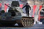Un tanque T-34 durante el ensayo para el Desfile de la Victoria, foto archivo