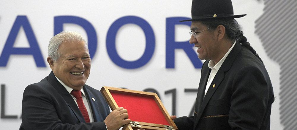 El presidente de El Salvador, Salvador Sánchez Cerén, pasa la presidencia pro-tempore de la CELAC al ministro de Exteriores de Bolivia, Diego Pary