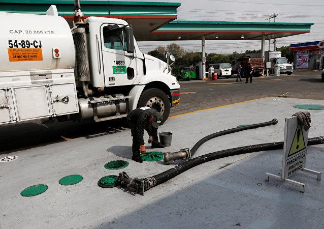 Un coche suministra combustible a una gasolinera en Ciudad de México