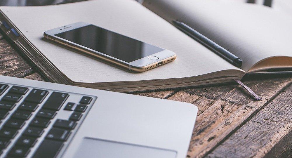 Un móvil y un portátil, referencial