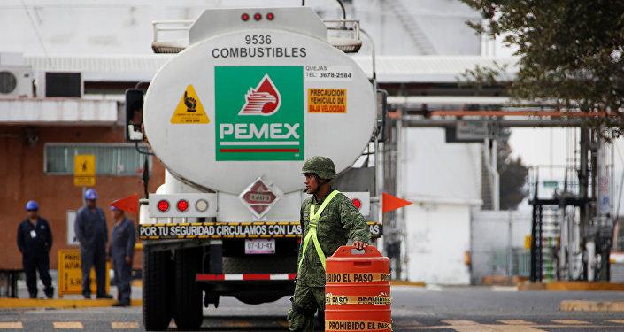 Una entrada de la terminal de almacenamiento y distribución de la empresa PEMEX, en México