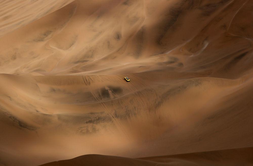 Автогонщик Филипп Гаш во время прохождения 5-ого этапа гонки Ралли Дакар 2019, Перу