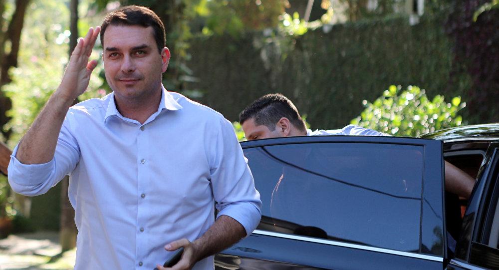 Encuentran ingresos sospechosos en cuentas del hijo de Bolsonaro