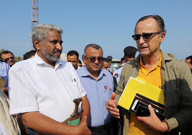 Patrick Cammaert (izq.), líder del equipo de monitoreo de la Organización de las Naciones Unidas en Yemen
