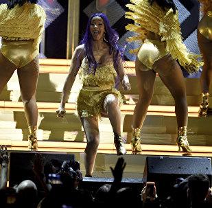 La rapera Cardi B actúa durante un concierto