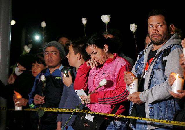 Una vigilia con velas para honrar a las víctimas, cerca del lugar de la explosión de un coche bomba, en Bogotá, Colombia