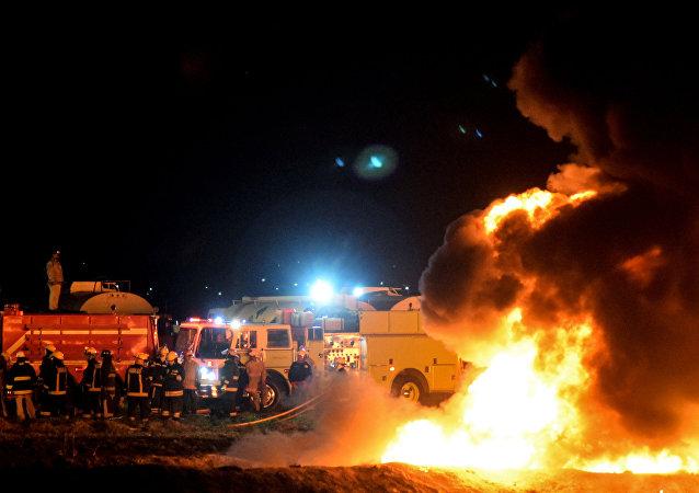 Equipos de bomberos acude al lugar de la explosión del ducto en Tlahuelilpan