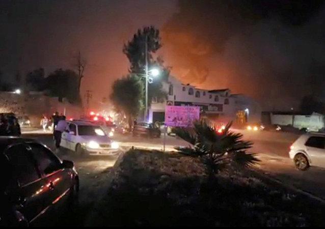 La gente en el lugar donde explotó un oleoducto en el municipio de Tlahuelilpan, Hidalgo, México