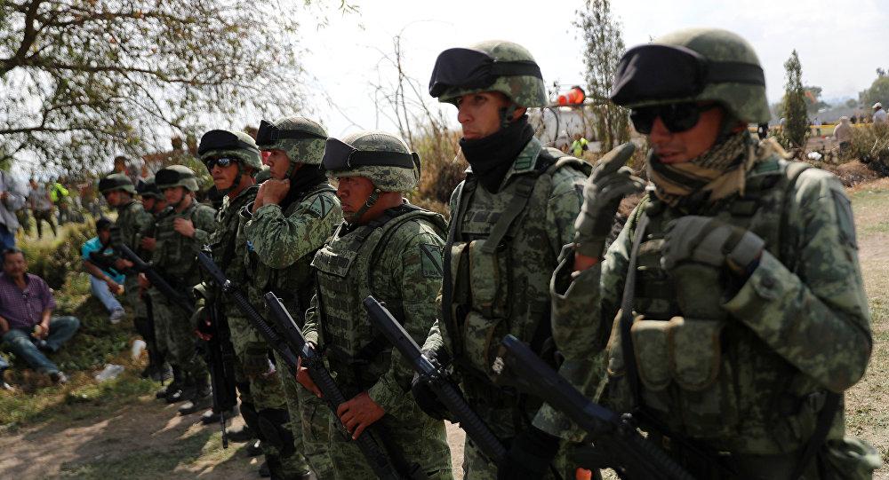 Militares mexicanos en el lugar de la explosión del ducto en Tlahuelilpan