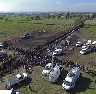 Unos técnicos forenses en el lugar de la explosión en Tlahuelilpan, México