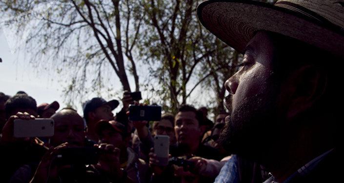 Juan Luis Lomelí Plascencia, subsecretario de gobernación de Hidalgo habla con familias de las víctimas en el lugar de la explosión de un ducto de Pemex que dejó al menos 85 personas muertas