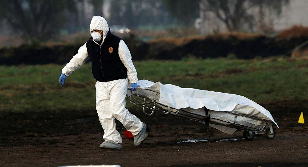 Un técnico forense en el lugar de la explosión en Tlahuelilpan, México